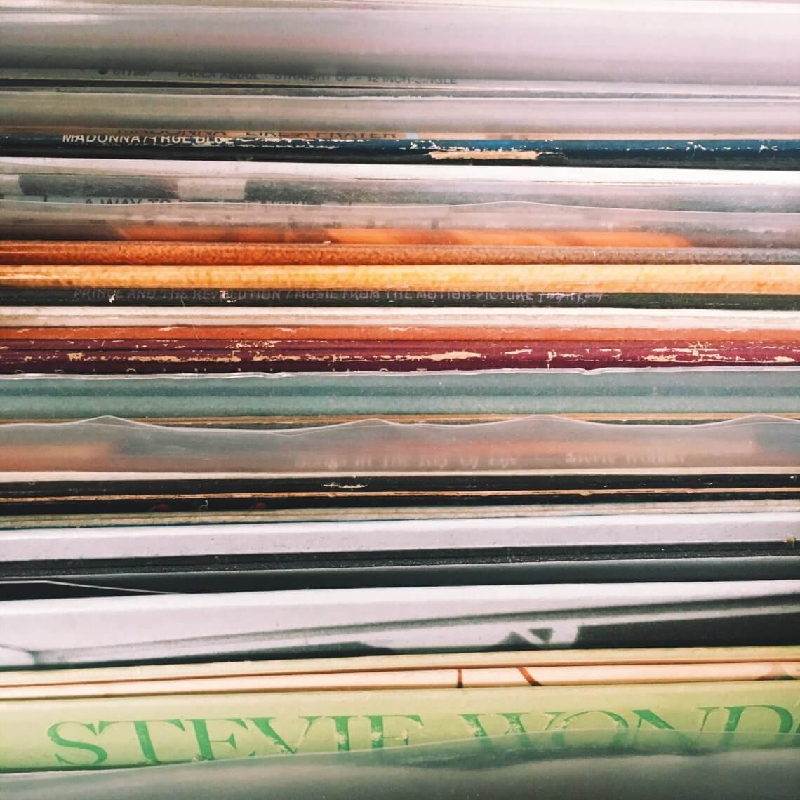 Das Bild zeigt viele verschiedene Schallplattenhüllen von oben.