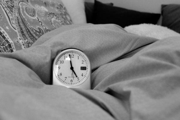 Der Wecker zeigt kurz vor 5 Uhr