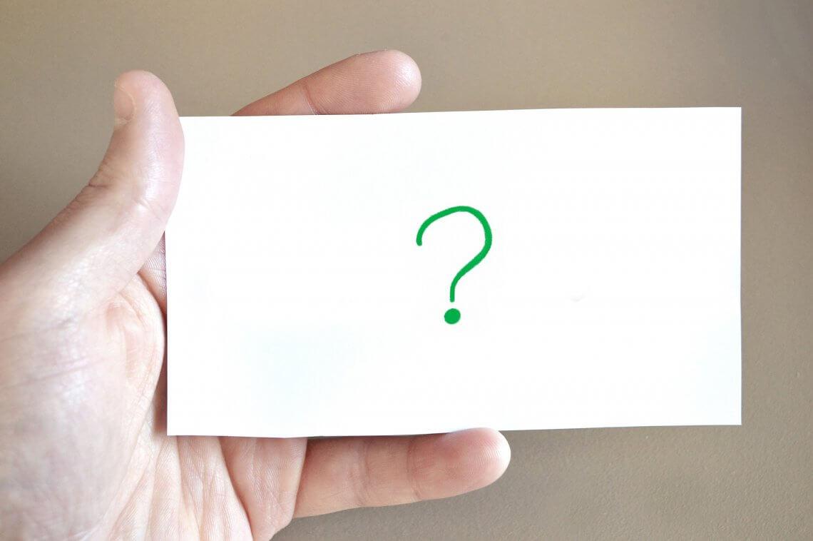 Fragezeichen auf weißen Blatt